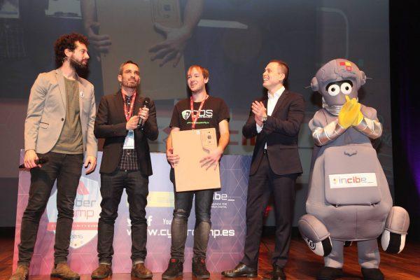 Daniel Fernández, del equipo de ODS, recibiendo el premio nacional de hacking ético tras ganar en Cybercamp 2016.
